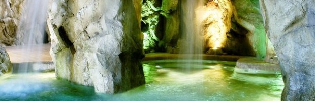 Realizzazione di piscine scenografiche con rocce sintetiche for Realizzazione laghetti artificiali quanto costa
